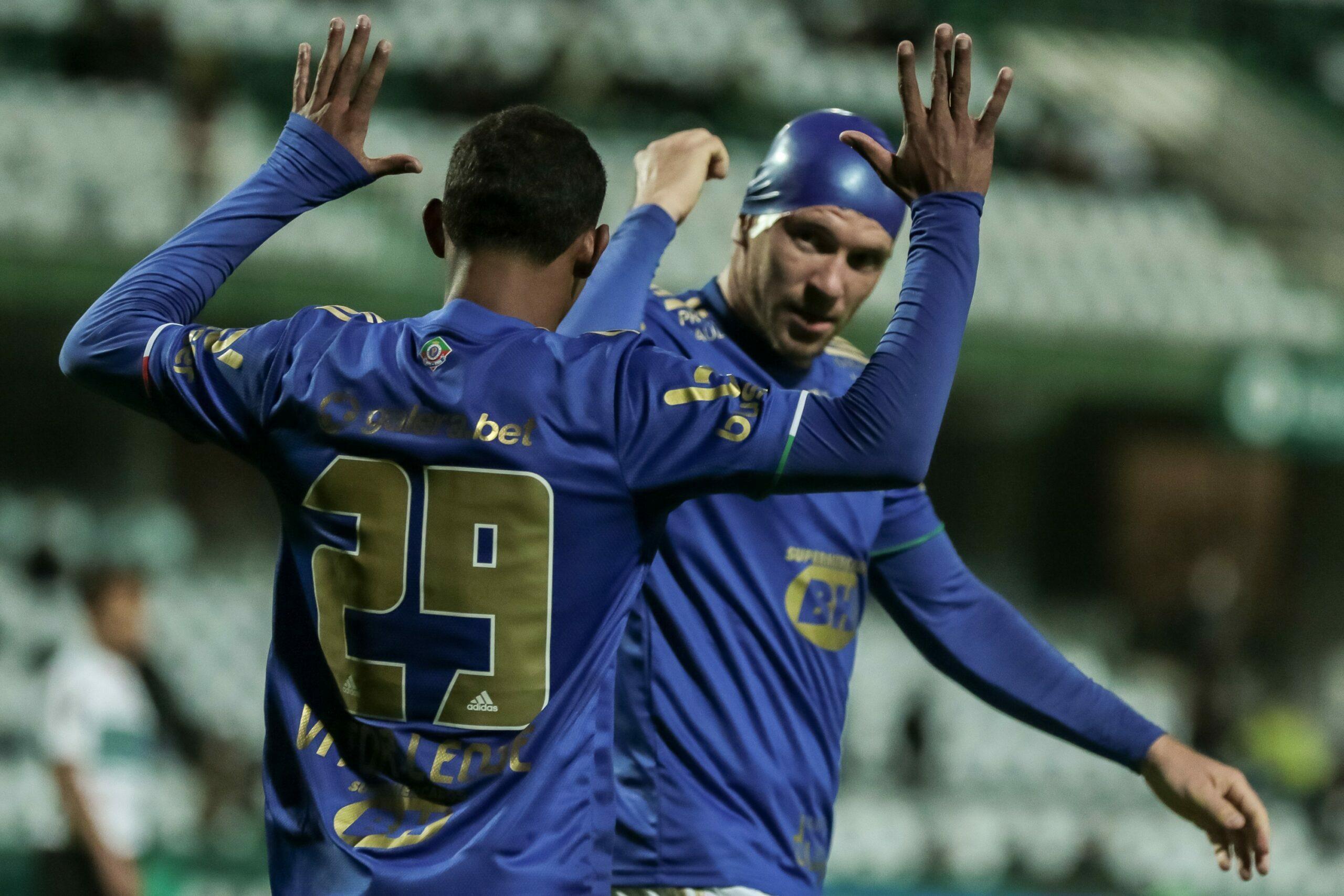 Cruzeiro surpreende o líder